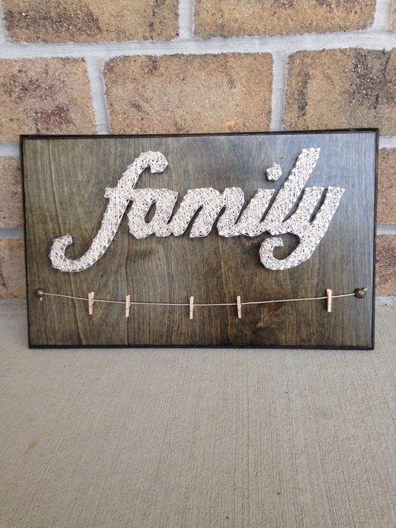 Weihnachten kann derzeit nicht garantiert werden, aber fragen Sie bitte nach. Das String-Art-Family-Board in den Bildern ist ungefähr 16 x 10 groß. Es kann in der gewünschten Farbe und in der von Ihnen bevorzugten Farbe durchgeführt werden. Es wird mit 5 Wäscheklammern zum Aufhängen Ihrer Familienfotos geliefert. Wenn du - Diy and Crafts #stringart