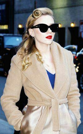 red lips + beige coat /Scarlett Johansson