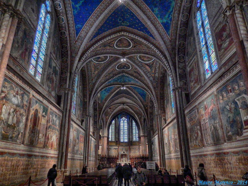 Assisi, basilica di San Francesco. Particolare dell'interno con gli affreschi del Giotto