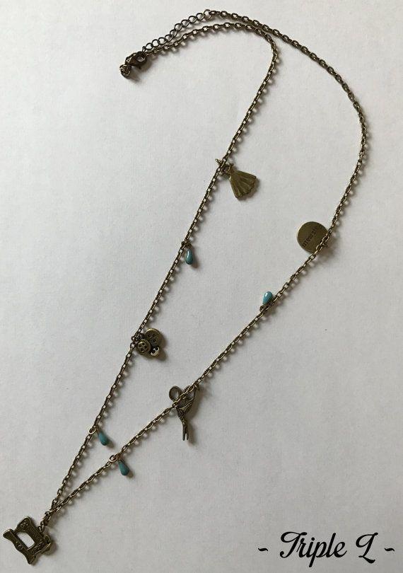 ~ DESCRIPTIF ~ Ce collier sautoir est composé dune chaîne bronze avec breloques en bronze rappelant lunivers de la couture et perles turquoises. Il est ajustable grâce à une chaînette en bronze. La chaînette mesure 5 cm. Dimensions du collier : 40 cm de long.  ~ MATERIEL UTILISE ~ - Chaîne couleur bronze - Fermoir et chaînette couleur bronze - Breloques couleur bronze  ~ ENVOI ~ Les bijoux sont envoyés en courrier suivi dans une enveloppe en papier bulle et soigneusement emballés…