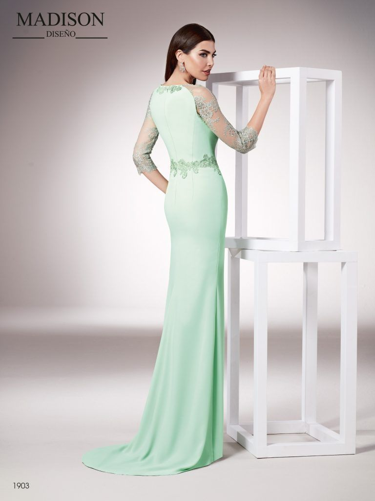 5d0be5770 Vestido de fiesta largo realizado en crepe y un elegante tul bordado con  pasamaneria rodeando la