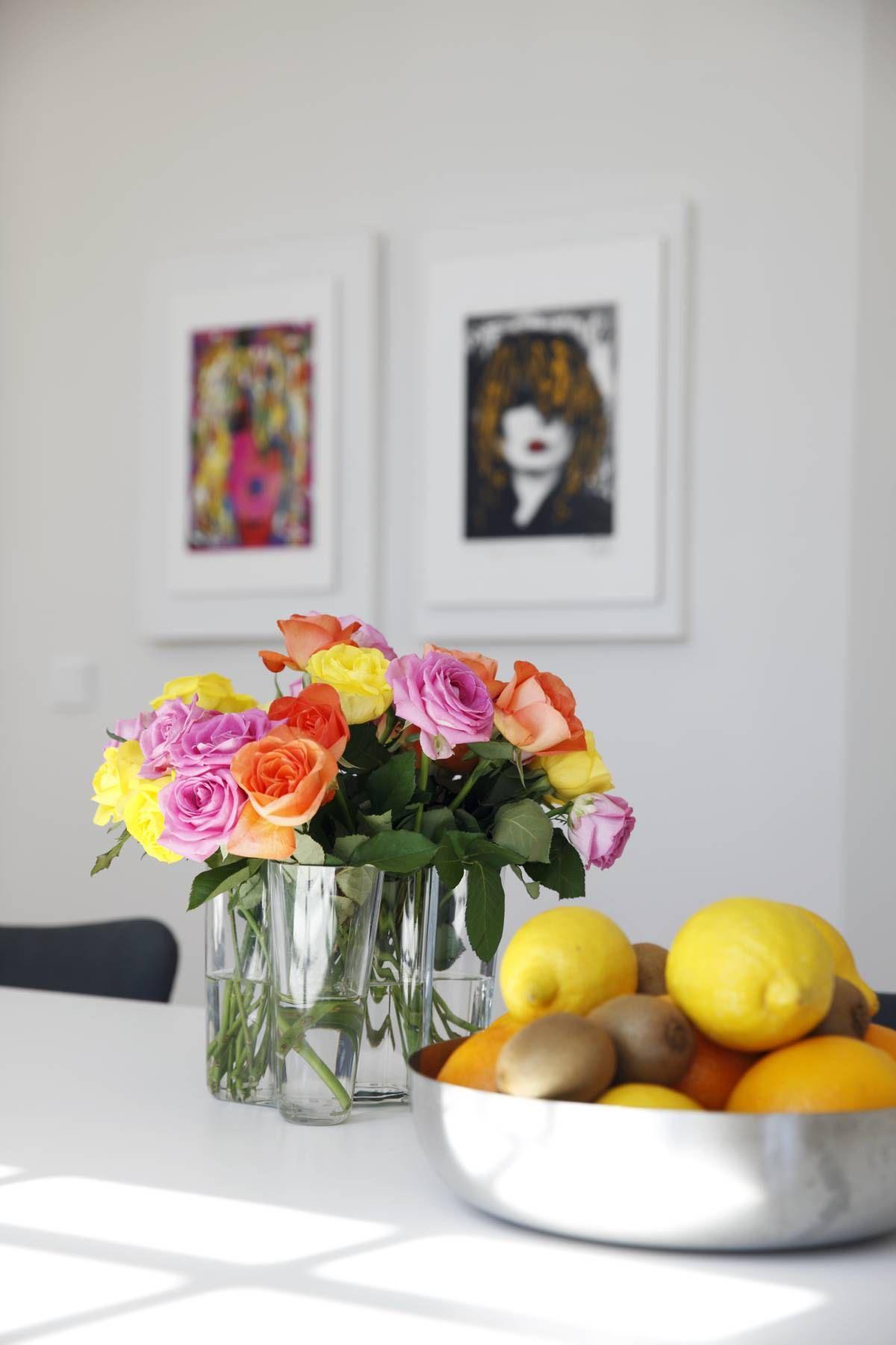 Keittiössä on valokuvaaja Kari Riipisen töitä. Valokuvaaja myi ne Iralle ja tuli jopa mukaan taiteilijatarvikeliikkeeseen valitsemaan kehyksiä, jotta niistä tulisi oikeanlaiset.