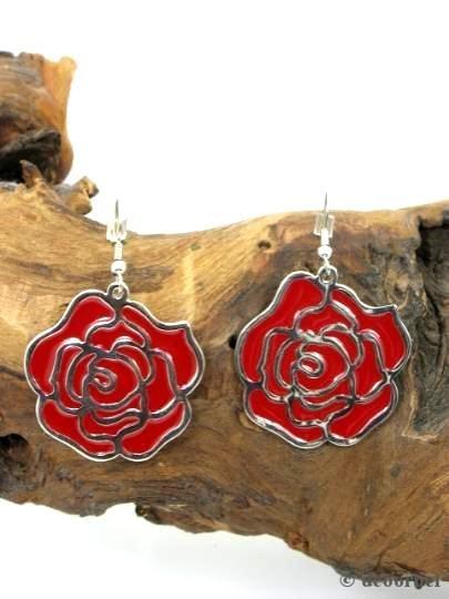 Rode bloemvormige oorbellen (hanger) voor €3.95 per paar bij Deoorbel.nl