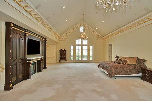 huge bedroom, many ideas to add so many things. haha wouldnt mind it though. well except for the vacumming haha