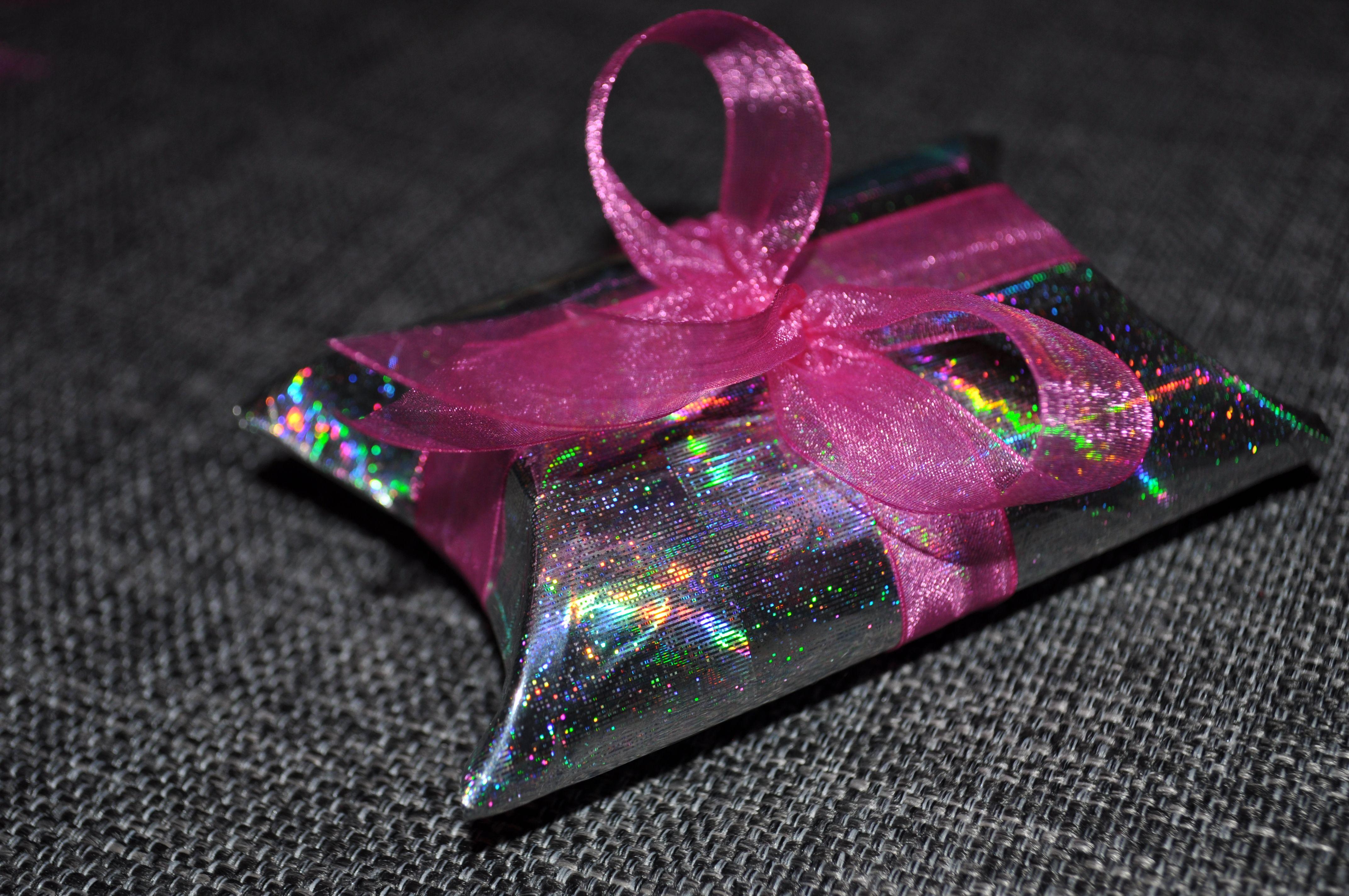 diy - gift box made from a toilet paper roll http://nervevrak.blogg.no/1417733267_diy__gaveeske__laget_.html