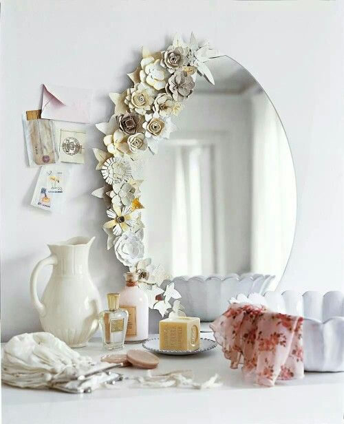 Paperikukilla koristeltu peili. Pienillä jutuilla tulee nättiä.