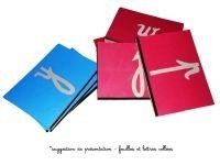 ACHETER : Fabrication lettres rugueuses à acheter lit à 39euros. Kit complet comprenant - lot de 20 feuilles rouges et 6 feuilles bleues plastifiées, à coller sur les plaques (avec trait noir 1 feuille bleue et 1 feuille rouge plastifiées supplémentaires lot de 26 plaques (en contreplaqué peuplier 5mm d'épaisseur ; dimensions 19x25cm) le papier rugueux des lettres rugueuses imprimées (à découper et à coller sur le papier plastifié) la notice de montage détaillée