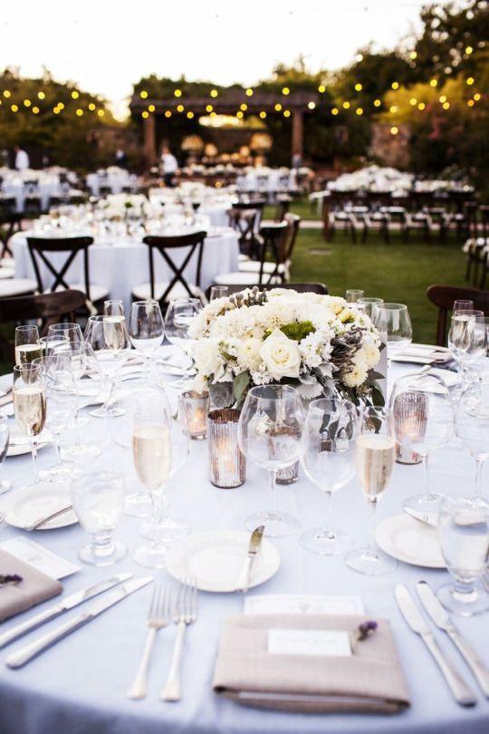 Lên ý tưởng cho bàn tiệc cưới đẹp như cổ tích với hoa cỏ mùa hè