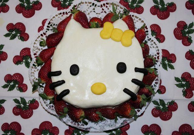 Hello Kitty mansikkamaassa. Reseptin on tehnyt Kotikokki.netin nimimerkki Silke