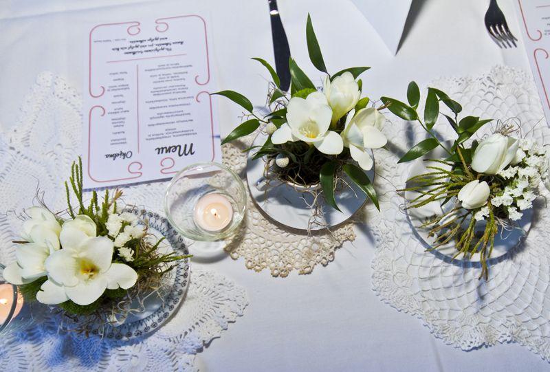 kahvikupit erilaisia kukkia pöytäkoriste rippijuhlat