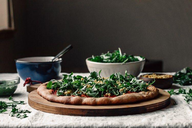 Artischocke & Pickled Onion Pizza w / Harissa Tomatensauce + Kale Pesto + Parm |  Faring Well |  #vegan #Recipe