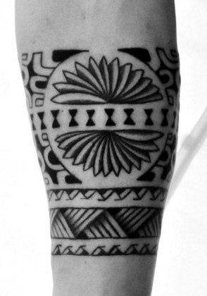 tattoo bracelet maori avec symboles et croix de patutiki tatoo maori tattoos et tattoo designs. Black Bedroom Furniture Sets. Home Design Ideas