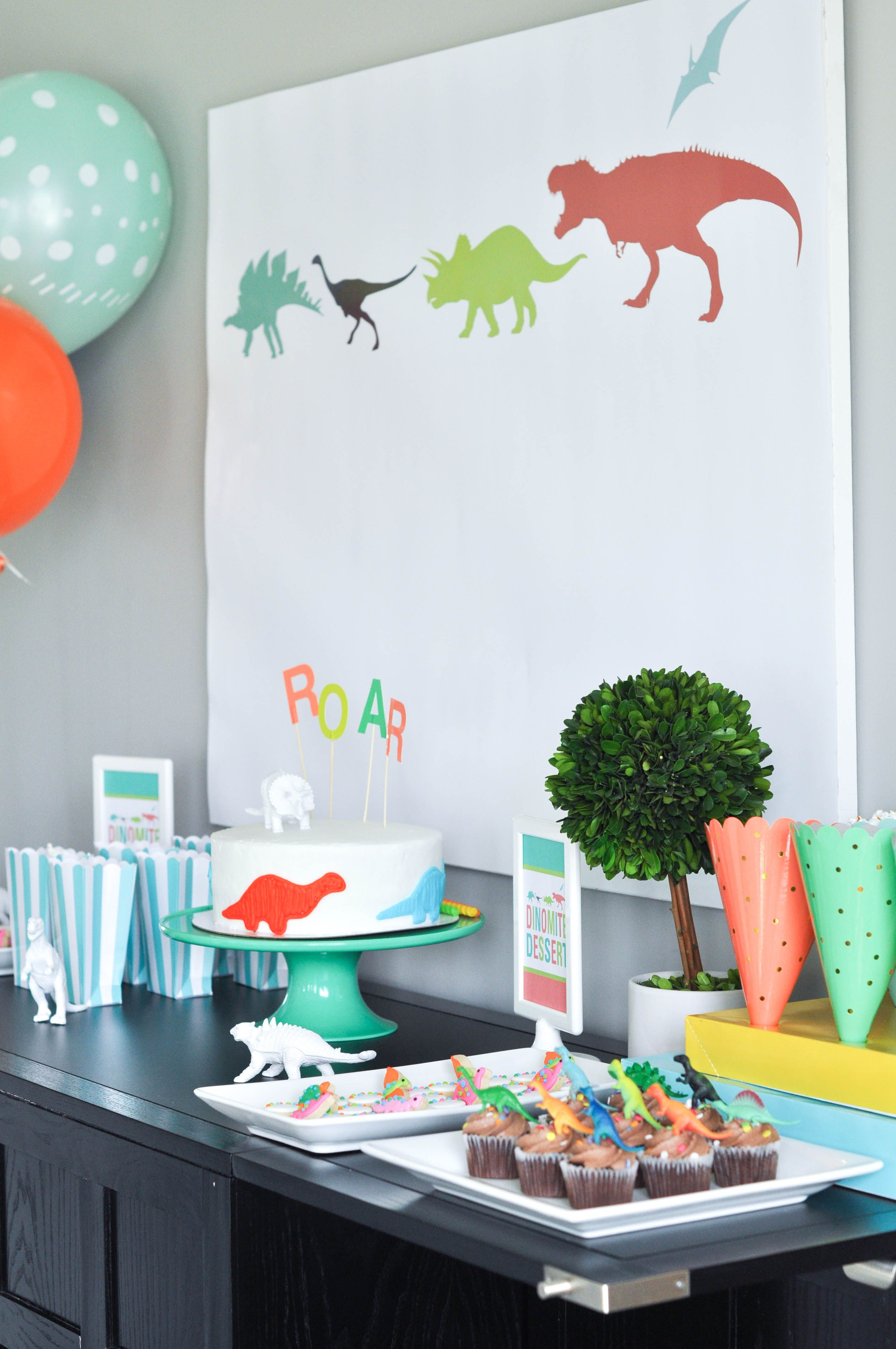 Bodhi\'s third birthday dinosaur party. Dessert table. | Uhlias\' 1st ...