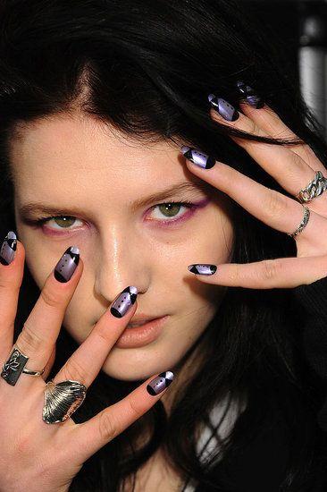 Tuxedo manicure con smalti CND in Asphalt coperto con CND Blue Shimmer e CND Violet Shimmer. Smalto CND Blackjack per i disegni. Finish con CND SuperShiney Top Coat.  ^ _ ^ www.cndsmalti.it