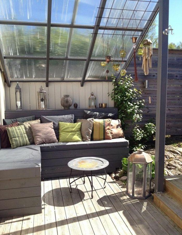decoración de terrazas modernas en colores terrosos, cojines