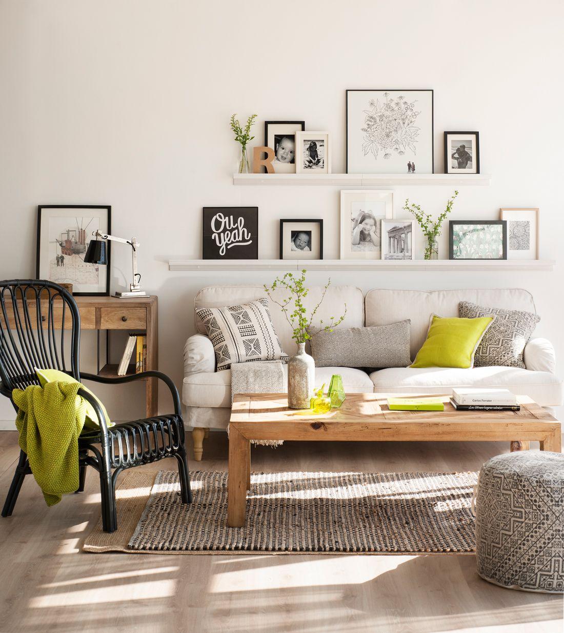 44-Salón con sofá, baldas estrechas con cuadros y fotos en blanco y ...
