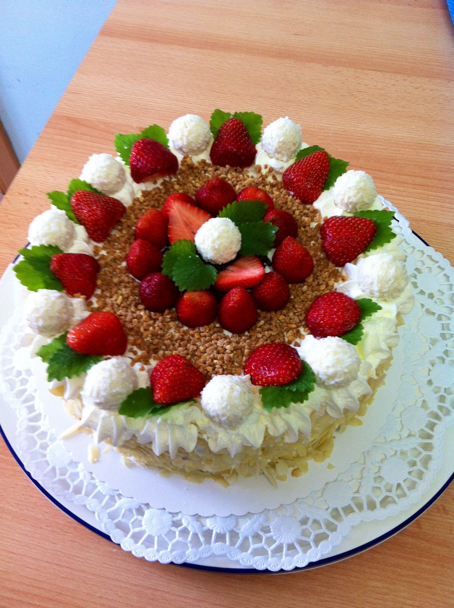 Raffaello Erdbeer Sahne Torte mit Amarettini sahne fullung