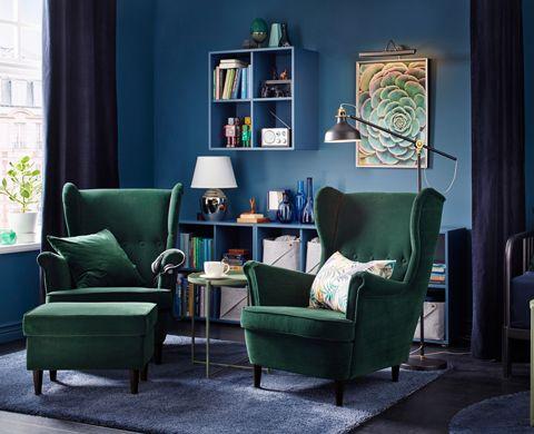 Coin salon fauteuils STRANDMON velour vert, étagères EKET bleu ...