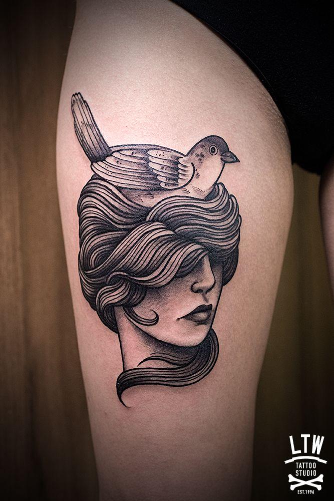 Mujer Con Pájaro En La Cabeza Tatuada En Negro Por Cisco Tattoo