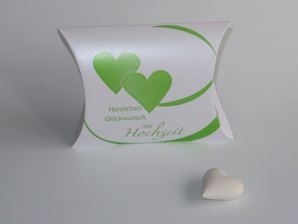 Hochzeitsgeschenk verpacken. Kissenschachtel mit einem Herzdesign in grün.