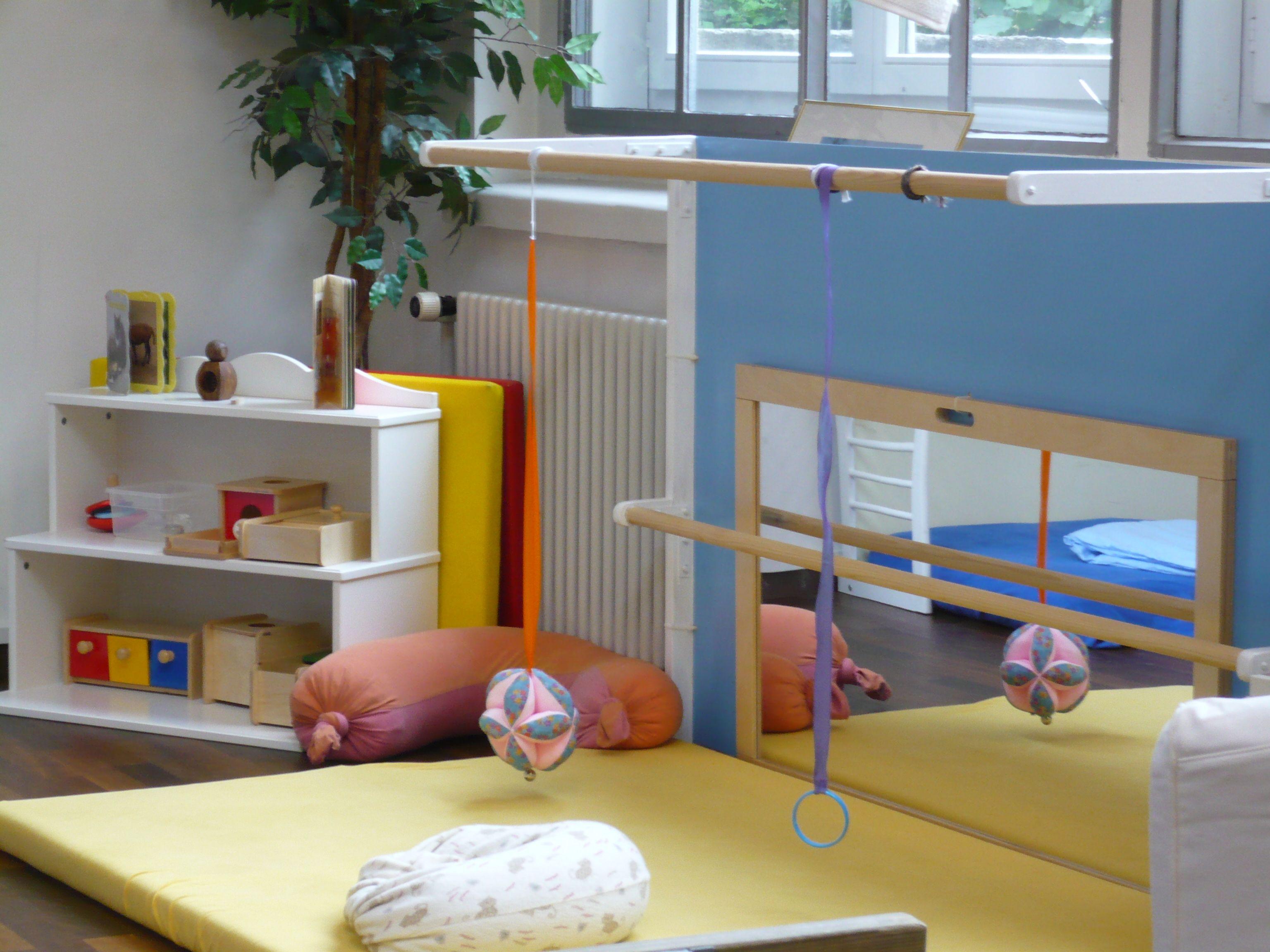 Salle de jeux - coin Nido | Montessori | Chambre enfant, Miroir bébé ...