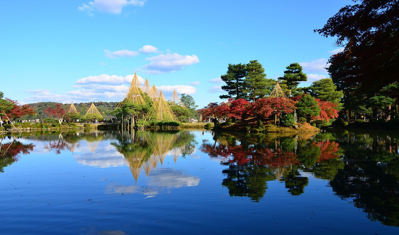 「兼六園」は、江戸時代を代表的する大名庭園として、長い歳月をかけて加賀歴代藩主によって形づくられてきました。金沢市の中心部に位置し、四季折々の美しさを楽しめる庭園として絶対的な人気を誇っています。また歴代の藩主たちは、長寿と永劫の繁栄をこの兼六園に投影したと言われています。