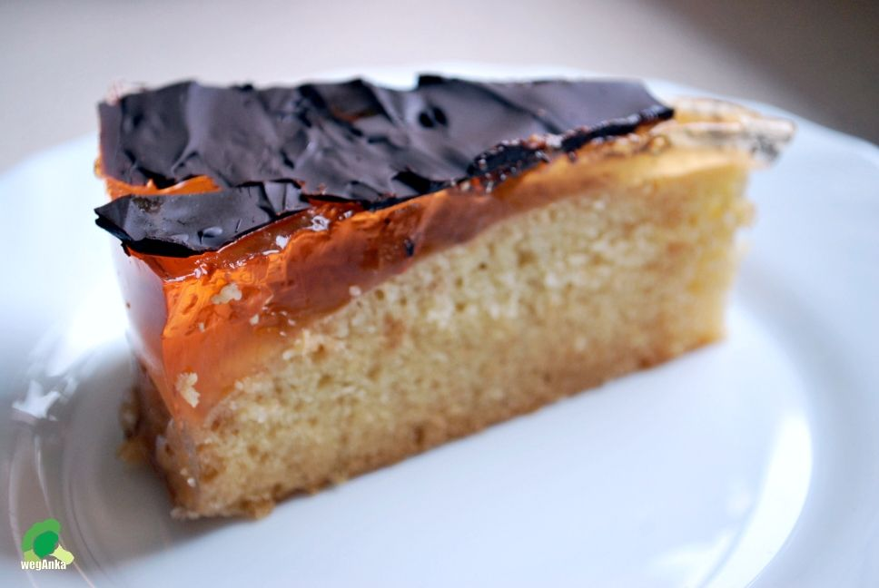 Kitchen vegan: Delicja. Vegan fluffy spongecake with orange jelly and a chocolate topping.