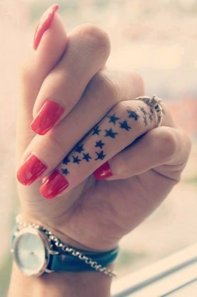 tatouage etoiles doigt femme tattoo moi tm6g1458 tat. Black Bedroom Furniture Sets. Home Design Ideas