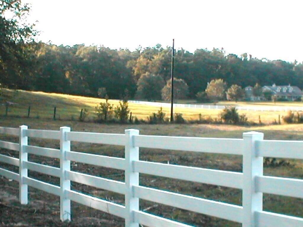 A Great Offer Just Got Better Free Shipping 496 Feet Of New Made In The Usa 3 Or 4 Rail Vinyl Horse Fence Availa Vinyl Fence Horse Fencing White Vinyl Fence