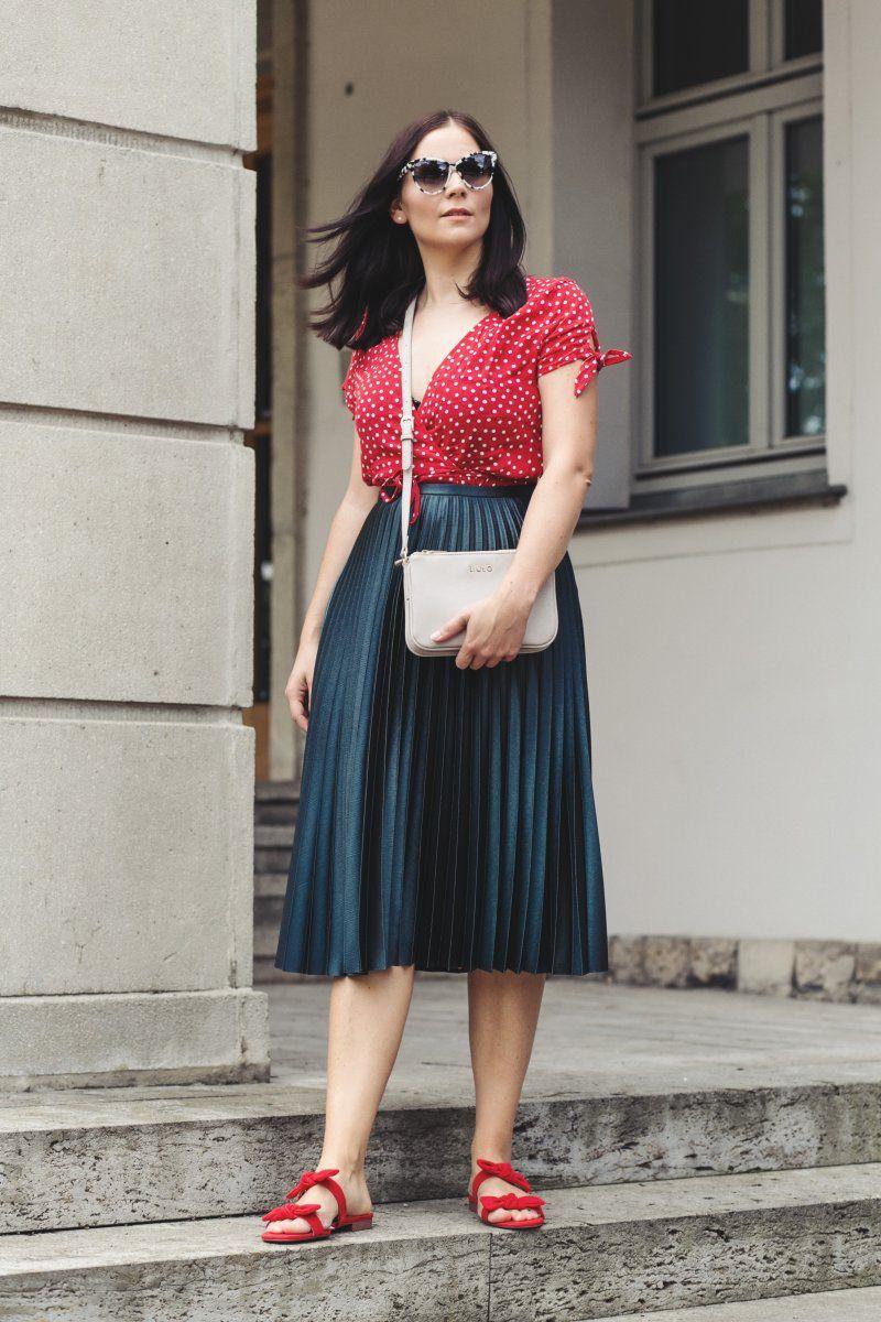sommer outfit mit wickelkleid plisseerock und roten sandalen pinterest outfit ideen sommer. Black Bedroom Furniture Sets. Home Design Ideas