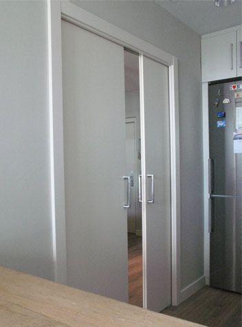 Puerta doble corredera lacada en blanco basora for Puertas correderas de cristal