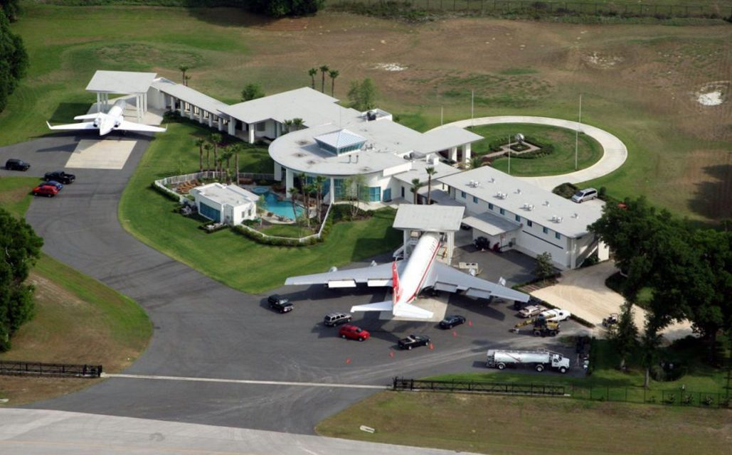 John Travolta S House Is Situated In The Exclusive Jumbolair