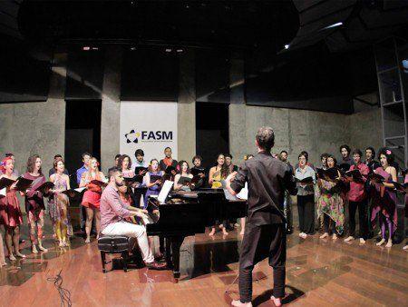 Coral Jovem do Estado abre temporada com Lívia Nestrovski e Chico Saraiva no Auditório do Masp
