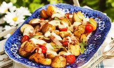 Lyxig potatissallad med småtomater, knaperstekt bacon och senapsdressing. Servera den ljummen eller avsvalnad.