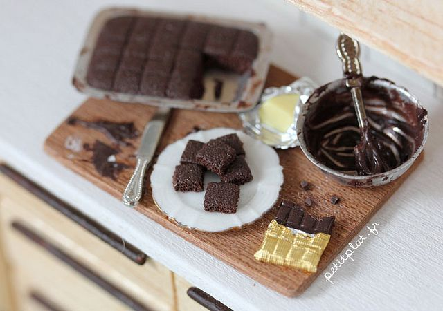 DOLLS HOUSE MINIATURE TRAY OF CHOCOLATE BROWNIES SSF