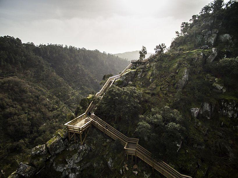 Les architectes de Trimétrica ont créé au nord du Portugal dans les environs de Porto une passerelle en bois de 8 kilomètres de long qui serpente dans la nature le long de la rivière Paiva. En épousant au plus près la topographie des lieux elle permet de se promener en étant au plus près de …