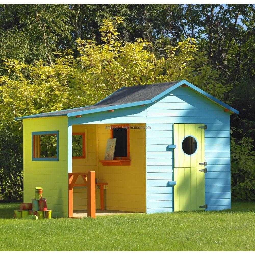 Une maisonnette en bois poser au fond du jardin pour - Maison d enfant pour jardin ...