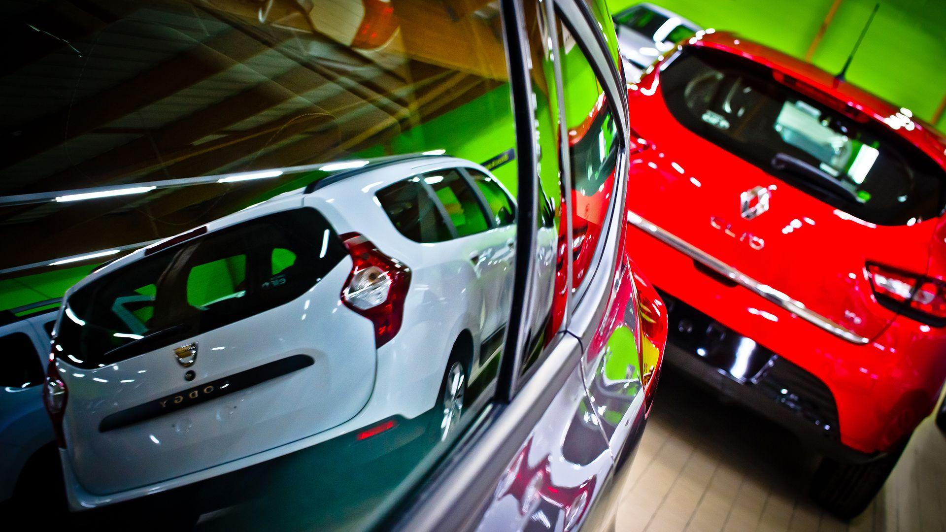 Reflets des voitures au showroom Car, Sports car, Vehicles
