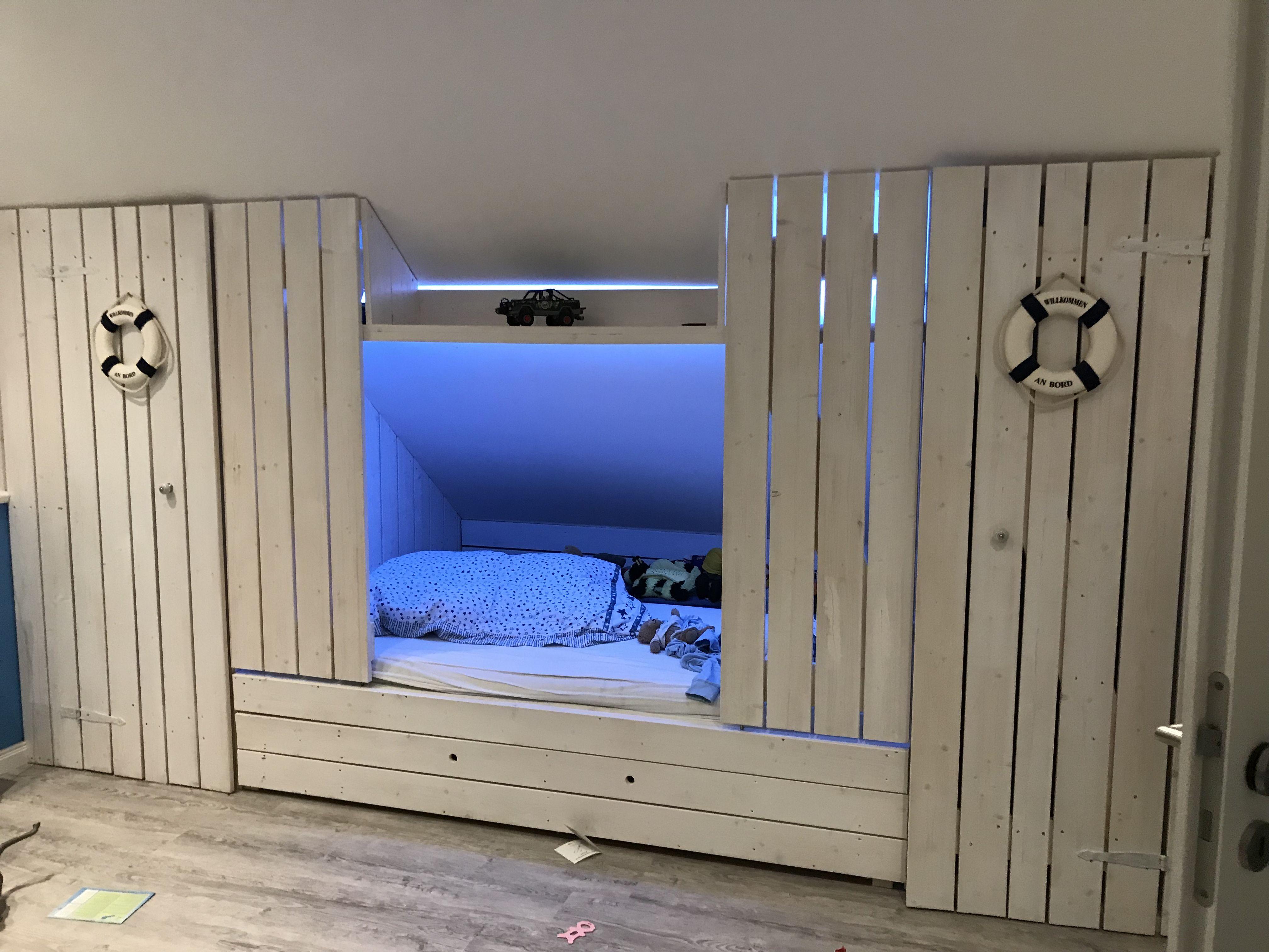 Bett in Mats Zimmer. Eingebaut in eine Dachschrägung