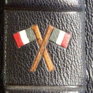 """Mosaïque représentant deux drapeaux français Bleu/Blanc/Rouge croisés entre le nerf 3 et le nerf 4 du dos de la reliure du livre """"Paul Déroulède"""" (demi-cuir)"""
