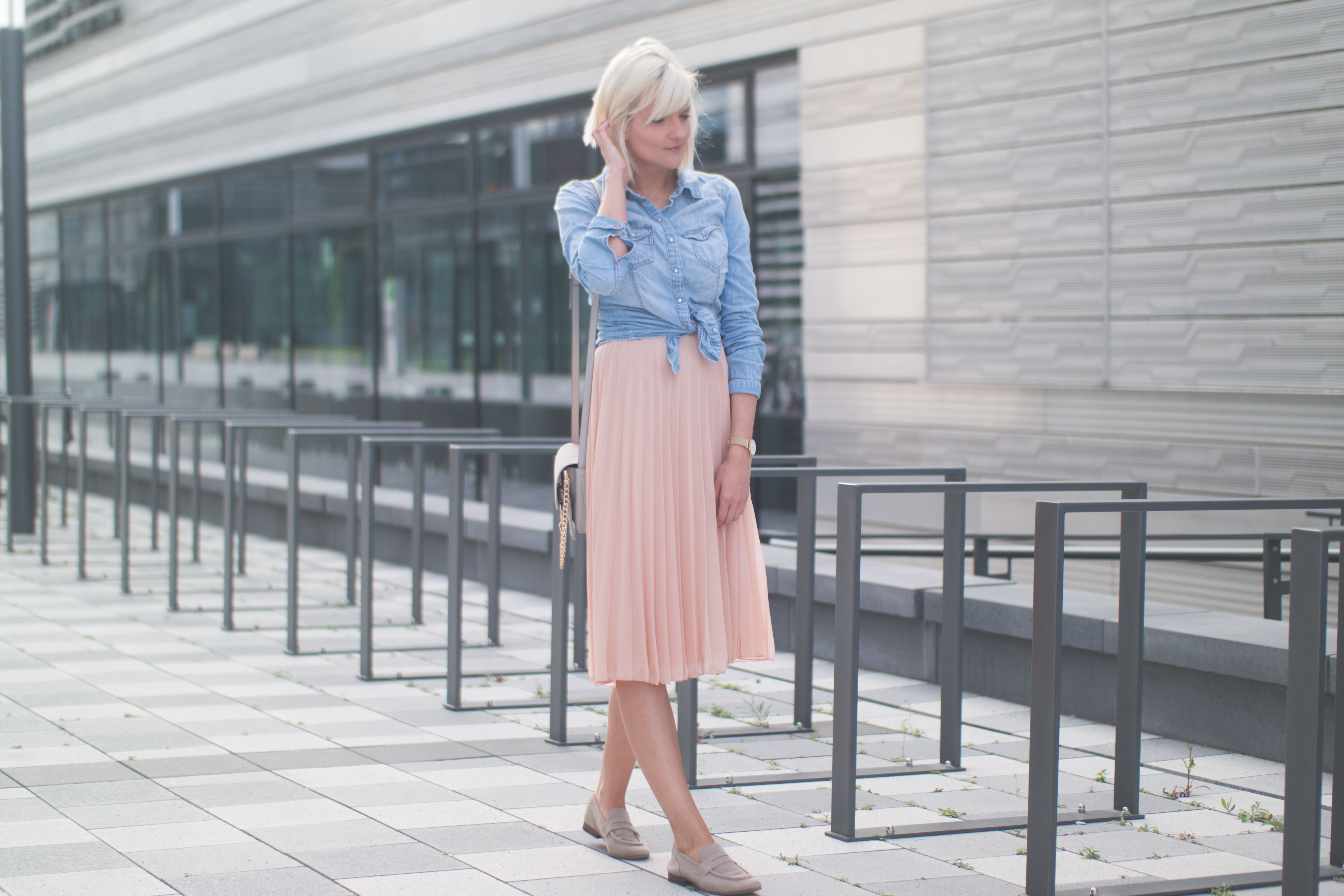 Plissee Rock Rosa Jeanshemd Und Loafers Grau Graue Outfits Graue Mode Outfit