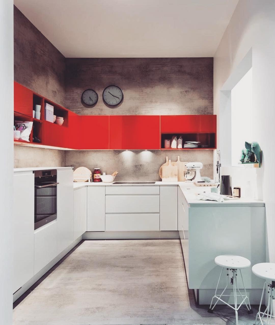 Jesli Lubicie Mocne Energetyzujace Kolory To Idealna Propozycja Dla Was Czerwone Fronty Przyciagaja Uwage Ale Nie Sa Cuisine Design Kitchen Cabinets Kitchen