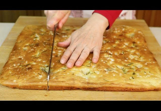 Ricetta Focaccia Genovese Benedetta.Focaccia Fatta In Casa Ricetta Semplice E Veloce Easy Focaccia Bread Recipe Ricette Focacce Fatte In Casa Ricette Facili