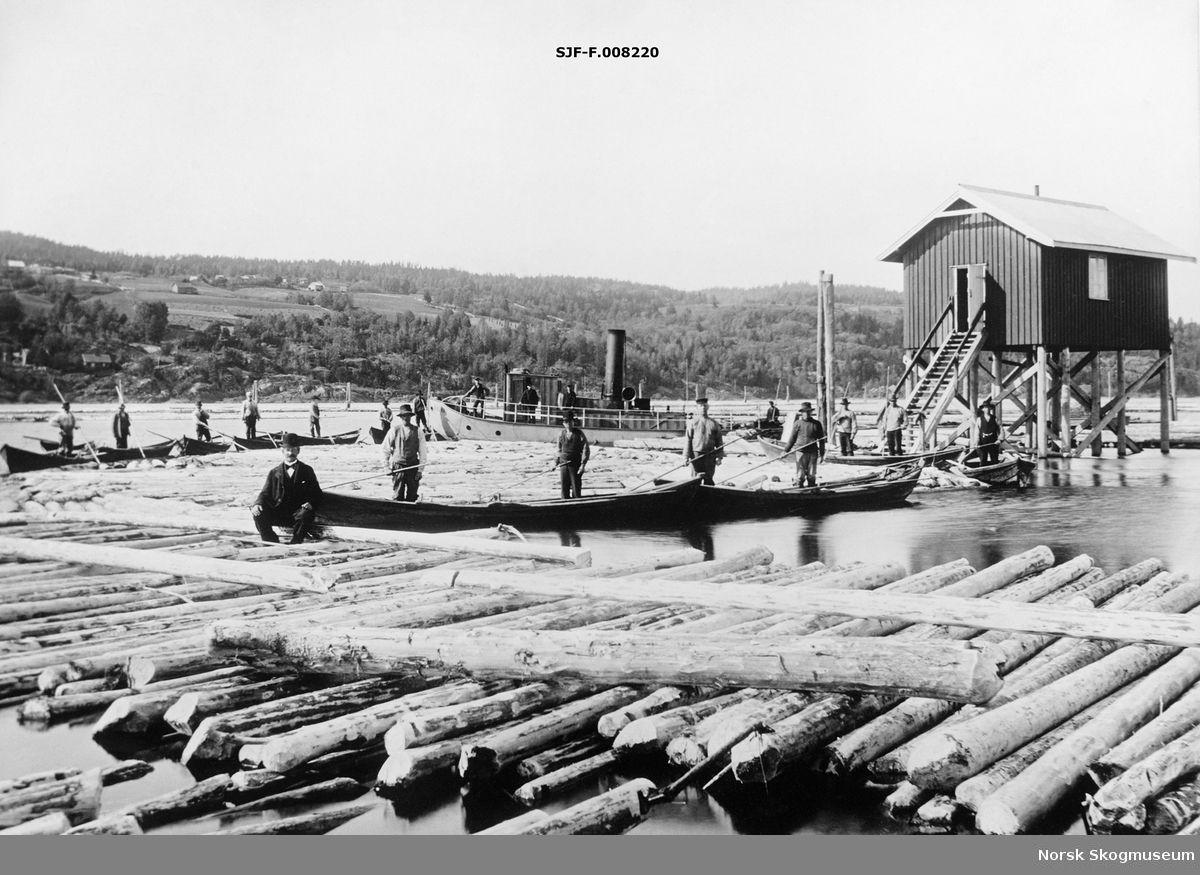 Fløtingsanlegg og mannskap på Vestvollen, som ligger der hvor Nitelvvassdraget via Svelle møter Glommavassdraget sør for hovedlensearbeidet ved…