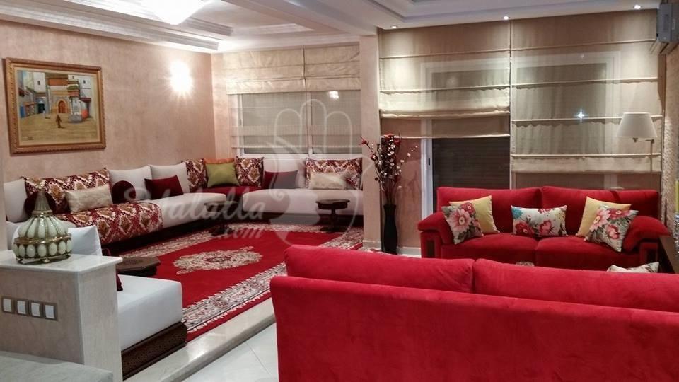 صالونات مغربية عصرية بلمسات من اللون الأحمر موقع يالالة Yalalla Com عالم المرأة بعيون مغربية Moroccan Living Room Living Room Images Modern Moroccan Decor
