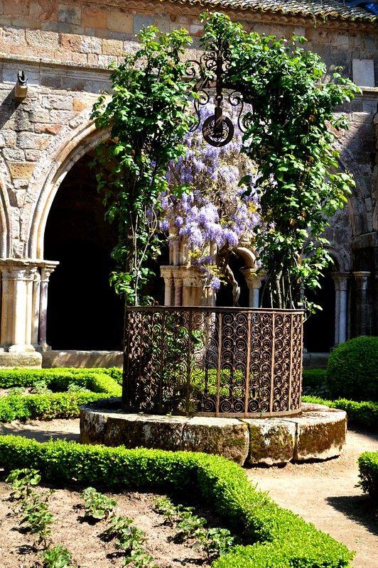 Abbaye De Fontfroide Aude Le Puits Du Cloitre Jardin Medieval
