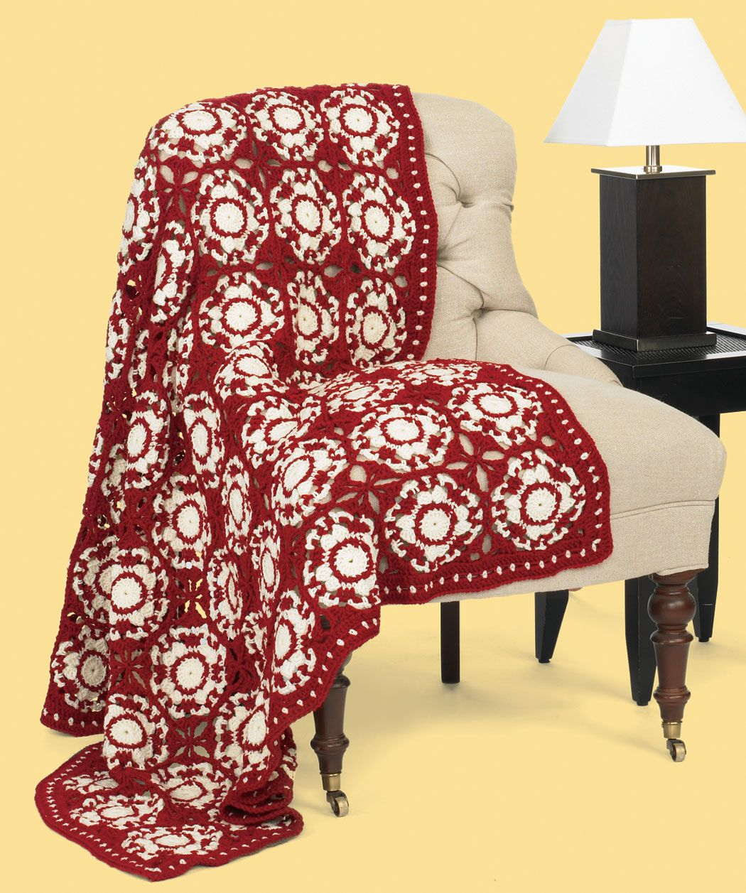 Diese Decke erinnert an Keramikfliesen und setzt durch die ...