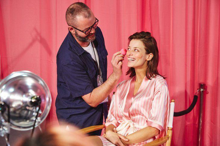 Pin for Later: So erzielt man in wenigen Schritten das Makeup der Victoria's Secret Models  Danach verteilte er den Rouge mit der Hilfe eines BeautyBlender Schwämmchens.