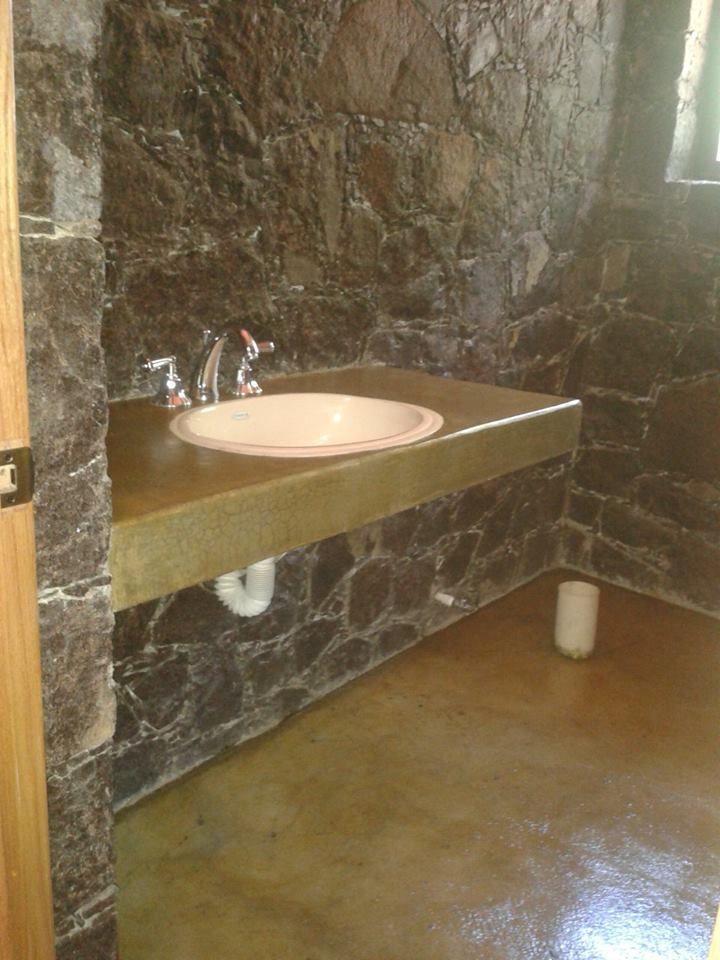 Acabado oxidado en un ba o concreto oxidado home decor for Pared de bano de concreto encerado