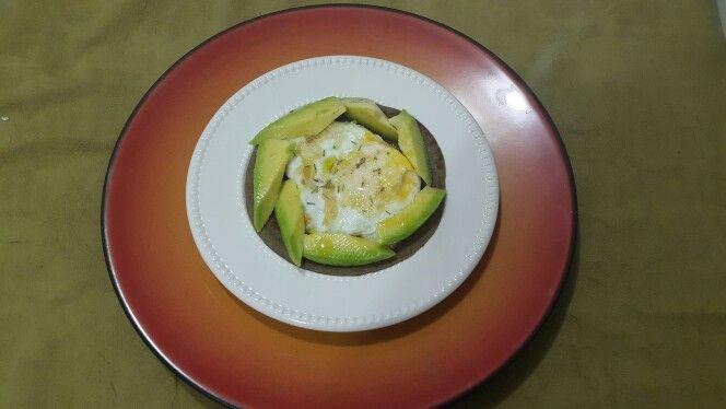 Montadito en torta de batata.  Receta:   1/2 taza de harina de batata. 1/4 taza de avena integral. 1 huevo entero y 2 claras de huevo. 1/2 taza de leche. 2 o 3 cucharadas de aceite de coco. Una pizca de sal. Una pizca de pimienta (o al gusto).  Preparación: Vierte todos los ingredientes en una licuadora y/o procesador en el orden de la lista.  Mezcla hasta optener una consistencia suave.   En una sartén antiadherente (a fuego bajo),  vierte 3 cuchardas de la mezcla. Con una cuchara…